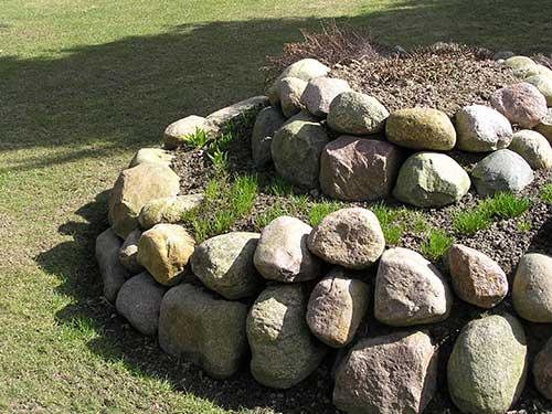 Kräutern oder Sommerblühern bietet diese Spirale mal Sonne, mal Halbschatten. Die Steine speichern die Wärme des Tages.