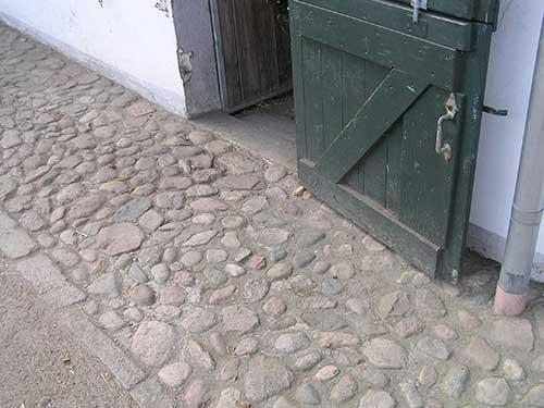 Trockenen Fußes rund ums Haus. Dieser Weg passt zum alten Hofgebäude.