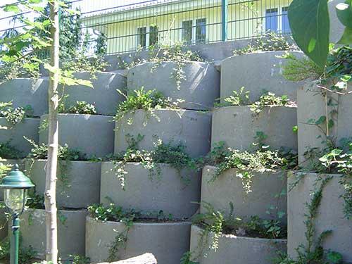 Pflanzsteine: in Kürze wird aus dieser stabilen Mauer eine grüne Wand. Auch eine Form der Gartengestaltung