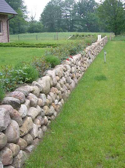 Lange Natursteinmauern umgrenzen das Grundstück