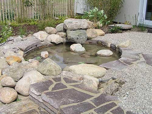 Ein Bachlauf mit Wasser im Garten
