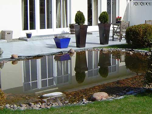 Ein Teich im Garten