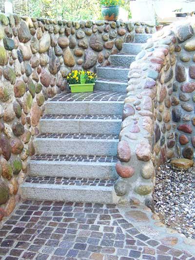 Treppe aus verschiedenen Natursteinen - gleichzeitig Niveauausgleich und Abstützung