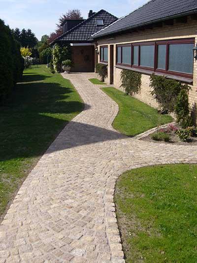 Wege rund ums Haus mit Natursteinen