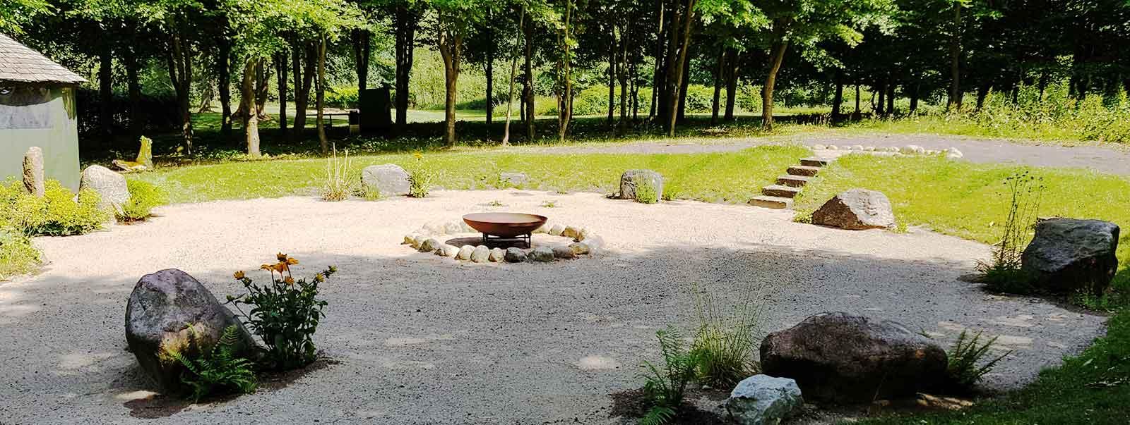 Senkgärten zusammen mit Freunden am Feuer im eigenen Garten