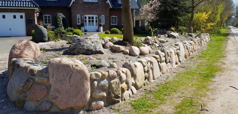 Breite Natursteinmauern mit Bäumen